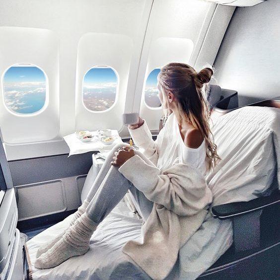vrouwwitvliegtuig